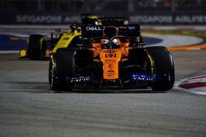 Carlos Sainz Jr., McLaren MCL34, devant Daniel Ricciardo, Renault F1 Team R.S.19