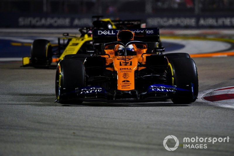 Carlos Sainz Jr., McLaren MCL34, Daniel Ricciardo, Renault F1 Team R.S.19