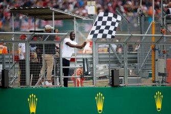 Il rapper Stormzy sventola la bandiera a scacchi