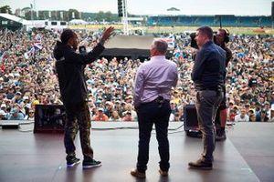 David Croft e Johnny Herbert, Sky Sports F1, sul palco con Lewis Hamilton, Mercedes AMG F1