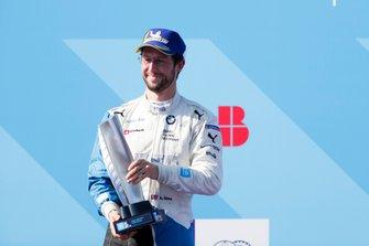 Alexander Sims, BMW I Andretti Motorsports, seconda posizione, festeggia sul podio