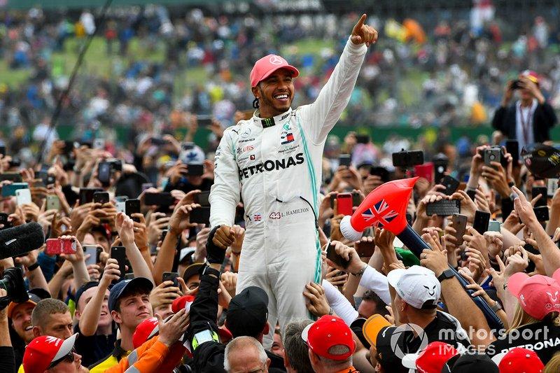 El ganador de la carrera Lewis Hamilton, Mercedes AMG F1 celebra con los fanáticos haciendo surfing