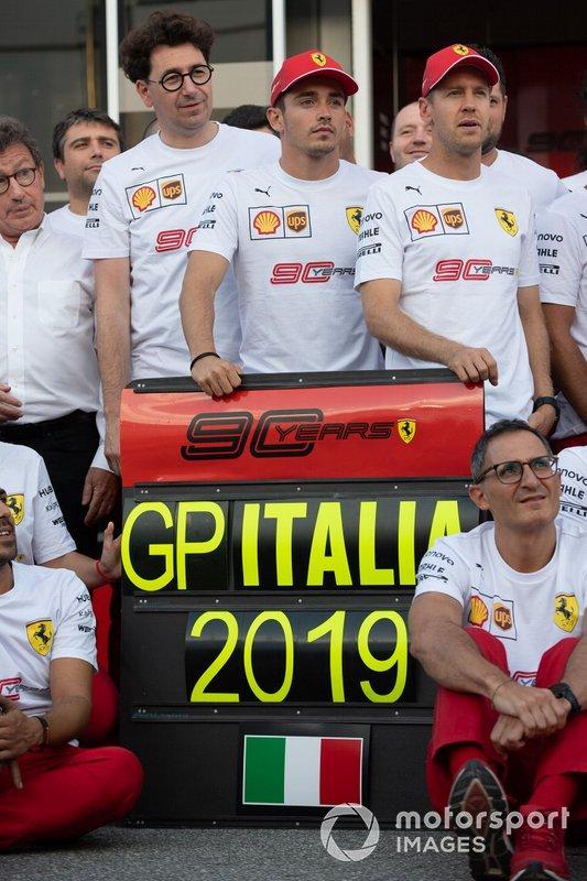 Mattia Binotto, Team Principal Ferrari, Charles Leclerc, Ferrari, e Sebastian Vettel, Ferrari, entra nel team Ferrari per celebrare il 90esimo anniversario