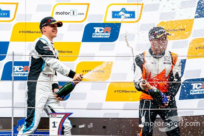 Podio: il vincitore della gara Josh Files, Target Competition Hyundai i30 N TCR, il terzo classificato Daniel Lloyd, Brutal Fish Racing Team Honda Civic Type R