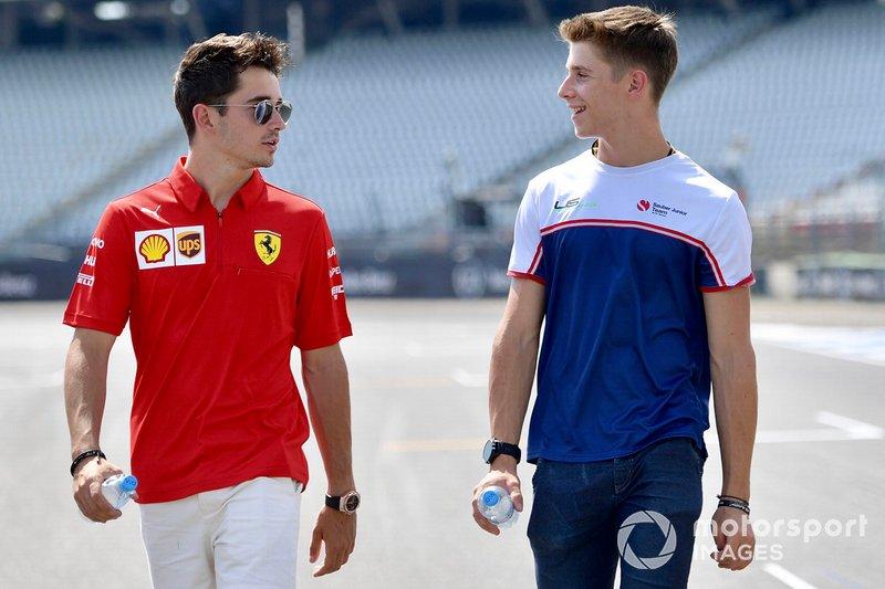 Charles Leclerc, Ferrari recorre la pista con su hermano Arthur Leclerc