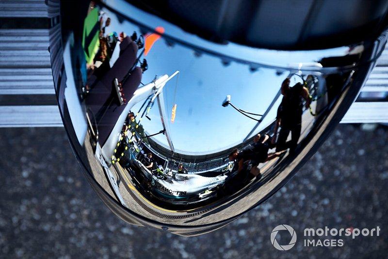 Il pit stop di Valtteri Bottas, Mercedes AMG W10, riflesso nel casco di un meccanico