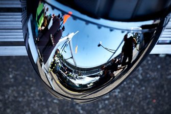 Valtteri Bottas, Mercedes AMG W10 pitstop in the reflection in the a mechanics helmet