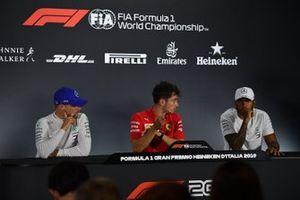 Valtteri Bottas, Mercedes AMG F1, 2e plaats, Charles Leclerc, Ferrari, 1e plaats, en Lewis Hamilton, Mercedes AMG F1, 3e plaats, in de persconferentie