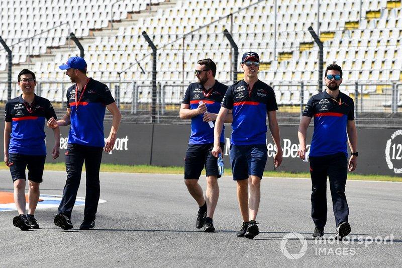 Daniil Kvyat, Toro Rosso fait un trackwalk avec ses mécaniciens