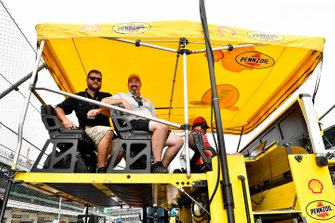 Joey Logano, Team Penske, Ford Mustang Shell Pennzoil shell guests