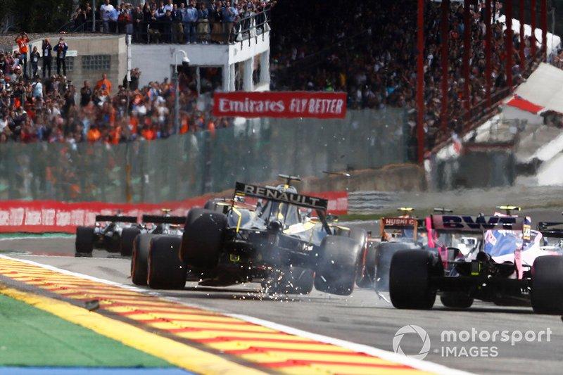 Daniel Ricciardo, Renault F1 Team R.S.19, sufre un impacto en la primera vuelta