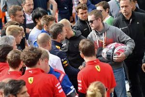 Fratello di Anthoine Hubert stringe la mano a Christian Horner, Team Principal, Red Bull Racing