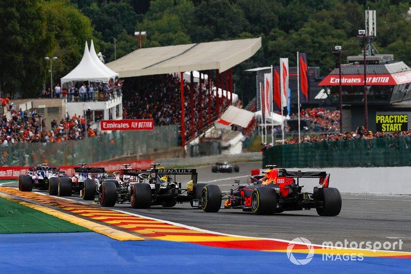 Alex Albon, Red Bull Racing RB15 persigue a Nico Hulkenberg, Renault F1 Team R.S. 19