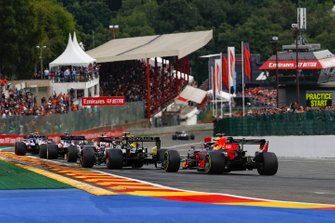 Alex Albon, Red Bull Racing RB15 segue Nico Hulkenberg, Renault F1 Team R.S. 19