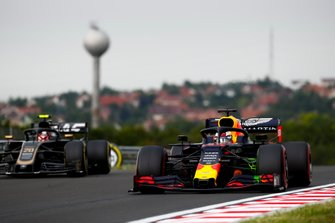 Max Verstappen, Red Bull Racing RB15, voor Kevin Magnussen, Haas F1 Team VF-19