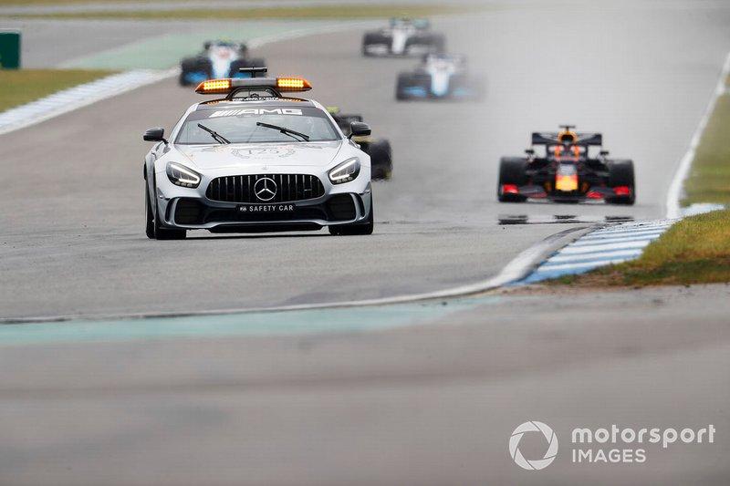 El Coche de Seguridad lidera Max Verstappen, Red Bull Racing RB15