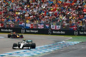 Valtteri Bottas, Mercedes AMG W10, devant Max Verstappen, Red Bull Racing RB15