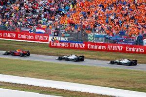 Max Verstappen, Red Bull Racing RB15, devant Valtteri Bottas, Mercedes AMG W10, et Lewis Hamilton, Mercedes AMG F1 W10