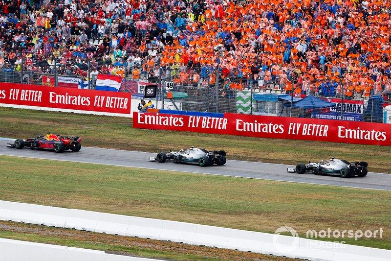 Max Verstappen, Red Bull Racing RB15, precede Valtteri Bottas, Mercedes AMG W10, e Lewis Hamilton, Mercedes AMG F1 W10