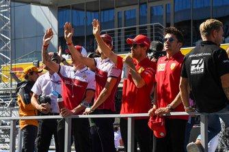 Kimi Raikkonen, Alfa Romeo Racing, Antonio Giovinazzi, Alfa Romeo Racing, Sebastian Vettel, Ferrari, en Charles Leclerc, Ferrari, tijdens de rijdersparade
