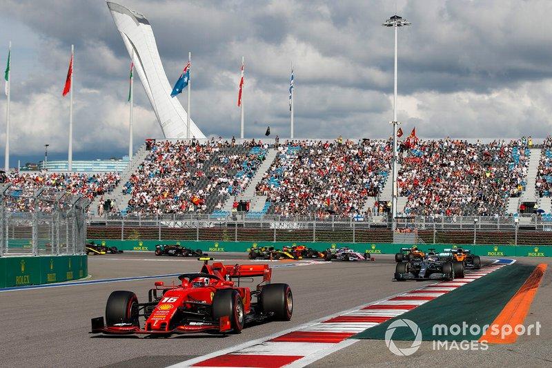 Charles Leclerc, Ferrari SF90, precede Lewis Hamilton, Mercedes AMG F1 W10, Carlos Sainz Jr., McLaren MCL34, Valtteri Bottas, Mercedes AMG W10, Lando Norris, McLaren MCL34, e il resto delle auto all'inizio della gara