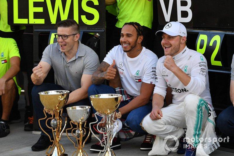 Ganador Lewis Hamilton, Mercedes AMG F1, celebra con el equipo Mercedes y Valtteri Bottas, Mercedes AMG F1