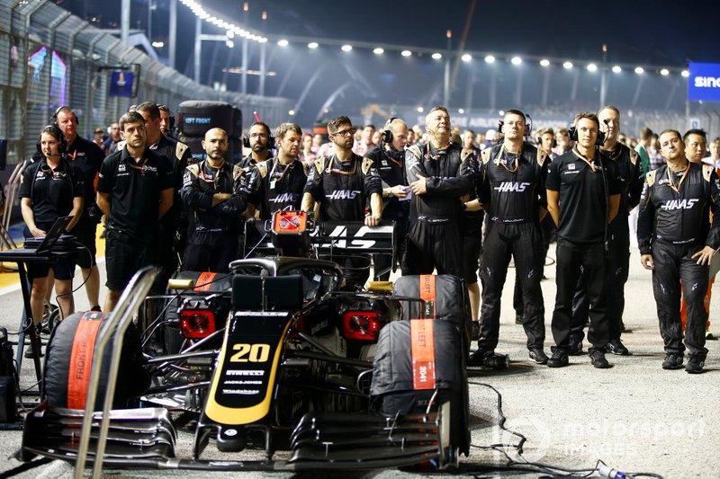 Meccanici della Haas F1 sulla griglia con Kevin Magnussen, Haas F1 Team VF-19