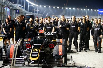 Haas F1 mechanics on the grid with Kevin Magnussen, Haas F1 Team VF-19