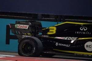 Daniel Ricciardo, Renault F1 Team R.S.19, with a puncture