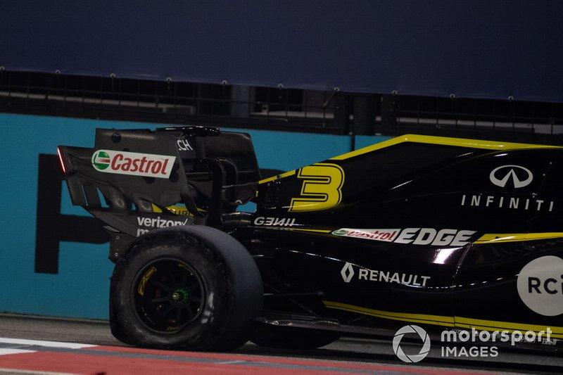 Daniel Ricciardo, Renault F1 Team R.S.19, con un pinchazo