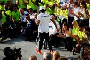 Lewis Hamilton, Mercedes AMG F1, viert zijn overwinning met zijn team