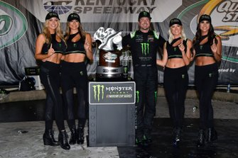 1. Kurt Busch, Chip Ganassi Racing, mit den Monster-Girls