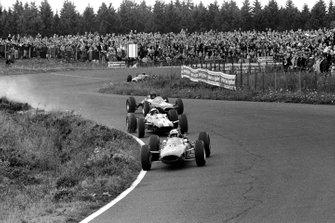 Джон Сертиз, Ferrari 158, Джим Кларк, Lotus 33 Climax, и Дэн Герни, Brabham BT7