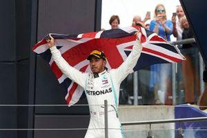 Lewis Hamilton, Mercedes AMG F1, vainqueur, arrive sur le podium