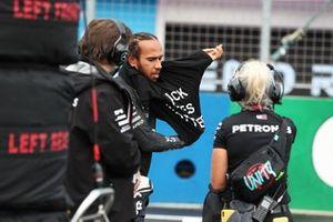Льюис Хэмилтон, Mercedes-AMG Petronas F1, надевает антирасисткую майку перед стартом гонки