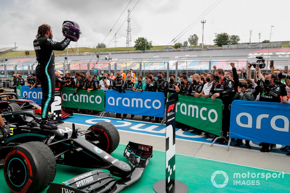 Ganador de la carrera Lewis Hamilton, Mercedes-AMG Petronas F1 celebra