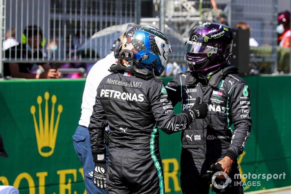 Il poleman Valtteri Bottas, Mercedes-AMG Petronas F1, e Lewis Hamilton, Mercedes-AMG Petronas F1, in griglia dopo le qualifiche