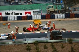 Crash: Nicola Larini, Ferrari 412T1, Ayrton Senna, Williams FW16