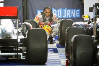 Lewis Hamilton, McLaren regarde les voitures dans le parc fermé