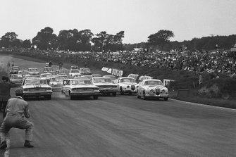 Jack Sears, Ford Galaxie, Jim Clark, Ford Galaxie and Graham Hill, Jaguar Mk II 3.8 at the start