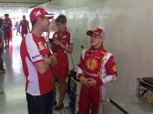 Sebastian Vettel conversa com Gianluca Petecof