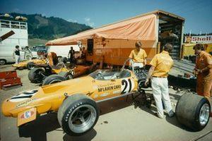 Алистер Кадуэлл в паддоке McLaren рядом с машиной Дэнни Хьюма, McLaren M14A Ford