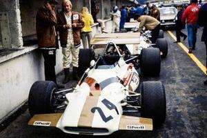 George Eaton al lado de su BRM P153 en el pit lane