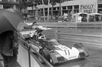 Graham Hill, Brabham BT37 Ford pasa al monoplaza Surtees TS9B Ford de Mike Hailwood