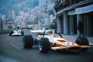 Denny Hulme, McLaren M14A Ford devant Henri Pescarolo, Matra MS120