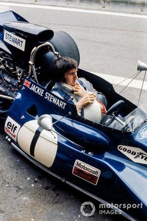 Jackie Stewart, Tyrrell 003 Ford attend au stand