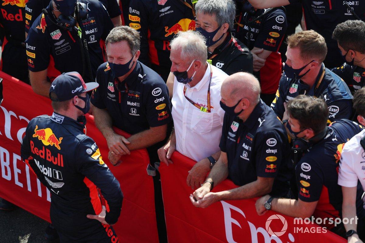 El ganador de la carrera Max Verstappen, de Red Bull Racing, habla con Christian Horner, director del equipo, Red Bull Racing, Helmut Marko, consultor, Red Bull Racing, y Adrian Newey, director técnico de Red Bull Racing, en el Parc Ferme
