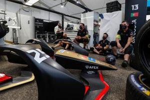 El equipo de DS Techeetah en el garaje