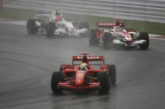 Felipe Massa, Ferrari F2007 davanti a Takuma Sato, Super Aguri-Honda, e Robert Kubica, BMW Sauber F1.07
