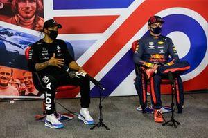 Lewis Hamilton, Mercedes-AMG Petronas F1, ve Max Verstappen, Red Bull Racing basın toplantısında